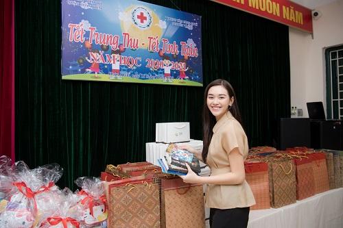 Ngất lịm vì nụ cười ngọt ngào của Á hậu Tường San khi phát quà trung thu cho trẻ em khó khăn - Ảnh 1