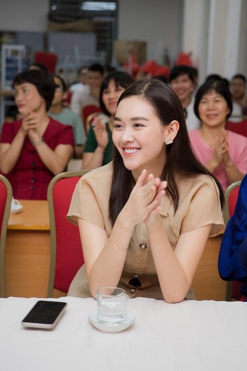 Ngất lịm vì nụ cười ngọt ngào của Á hậu Tường San khi phát quà trung thu cho trẻ em khó khăn - Ảnh 3