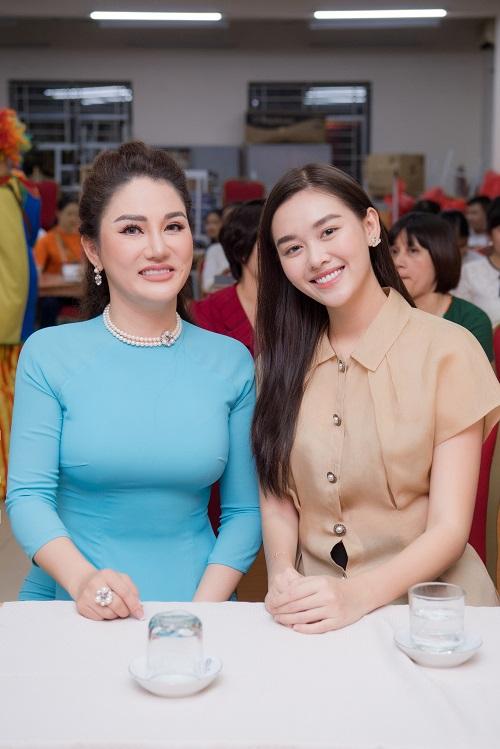 Ngất lịm vì nụ cười ngọt ngào của Á hậu Tường San khi phát quà trung thu cho trẻ em khó khăn - Ảnh 2