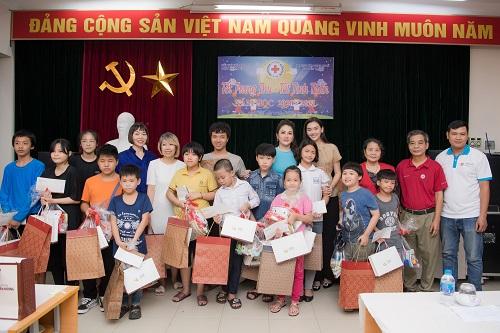 Ngất lịm vì nụ cười ngọt ngào của Á hậu Tường San khi phát quà trung thu cho trẻ em khó khăn - Ảnh 4