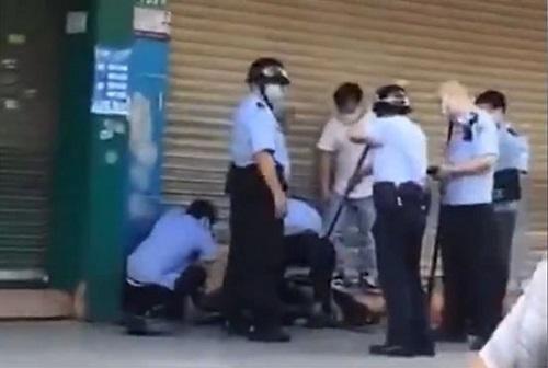 Tấn công bằng dao gần trường mẫu giáo khiến nhiều em nhỏ bị thương - Ảnh 1