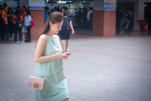 Midu không hề mất điểm với thời trang đơn giản trên giảng đường - Ảnh 5