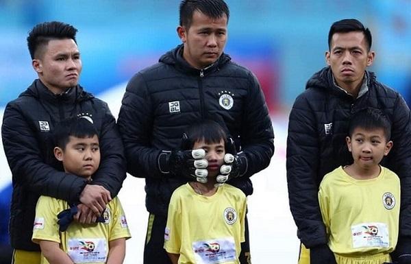 Ban tổ chức Siêu Cúp Quốc gia xin lỗi về sự cố để các em mặc phong phanh giữa thời tiết giá buốt - Ảnh 1