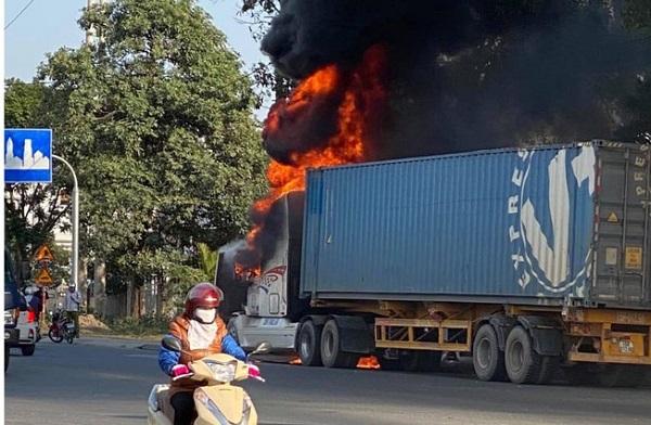 Quảng Ninh: Xe container bốc cháy dữ dội khi đang lưu thông trên quốc lộ - Ảnh 1