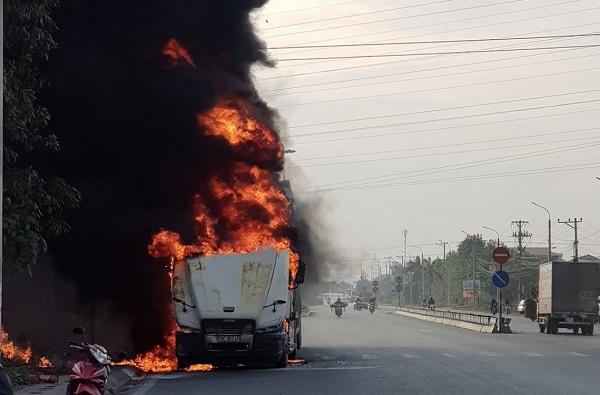 Quảng Ninh: Xe container bốc cháy dữ dội khi đang lưu thông trên quốc lộ - Ảnh 2