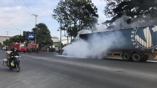 Quảng Ninh: Xe container bốc cháy dữ dội khi đang lưu thông trên quốc lộ - Ảnh 3