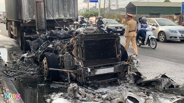Quảng Ninh: Xe container bốc cháy dữ dội khi đang lưu thông trên quốc lộ - Ảnh 4