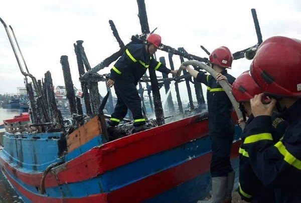 Quảng Ngãi: Cháy tàu cá trong đêm, thiệt hại gần 4 tỷ đồng - Ảnh 1