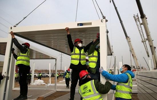 Trung Quốc xây bệnh viện dã chiến 1.500 phòng ứng phó dịch COVID-19 tái bùng phát - Ảnh 1