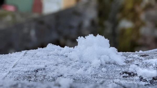 Hình ảnh đỉnh Phia Oắc, Cao Bằng được băng giá phủ trắng trong nền nhiệt -2 độ C - Ảnh 1