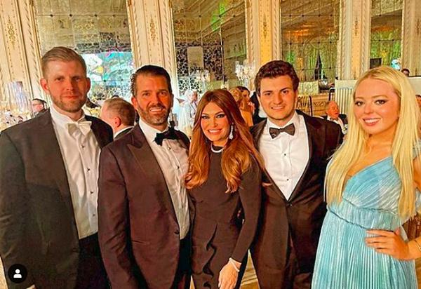 """Tổng thống Trump cho khách mời """"leo cây"""" trong tiệc giao thừa - Ảnh 2"""