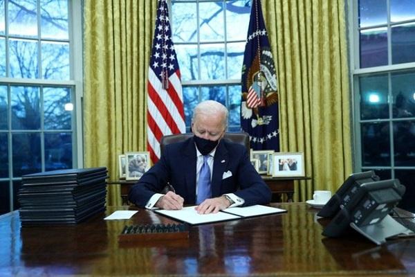 Ông Biden ký loạt sắc lệnh mới đảo ngược các chính sách của ông Trump ngay sau khi nhậm chức - Ảnh 1