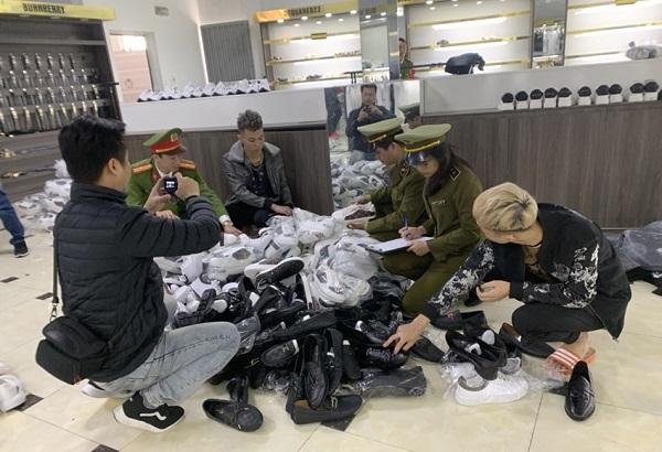 Thu giữ hàng nghìn sản phẩm giả nhãn hiệu tại chuỗi AE Shop Việt Nam - Ảnh 1
