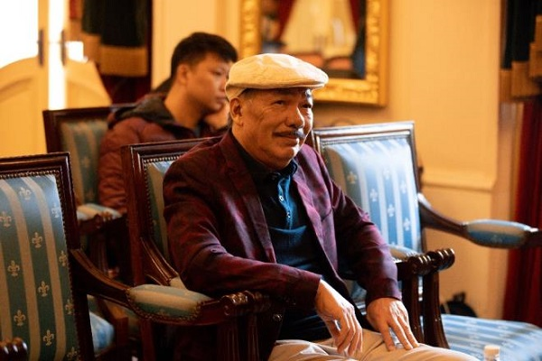 Nhạc sĩ Trần Tiến xuất hiện tại Hà Nội, thách đấu vật tay với thanh niên, đập tan tin đồn qua đời - Ảnh 1
