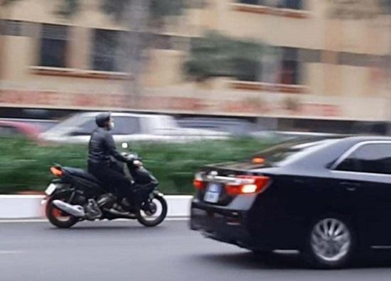 Xử phạt nam thanh niên lái xe máy tốc độ cao lao theo đoàn xe phục vụ Đại hội Đảng XIII - Ảnh 1