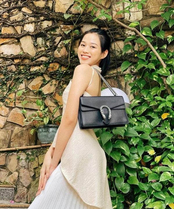 """Lần đầu xách hàng hiệu xuống phố, Hoa hậu Đỗ Thị Hà """"dìm"""" chiếc túi Gucci không thương tiếc - Ảnh 2"""