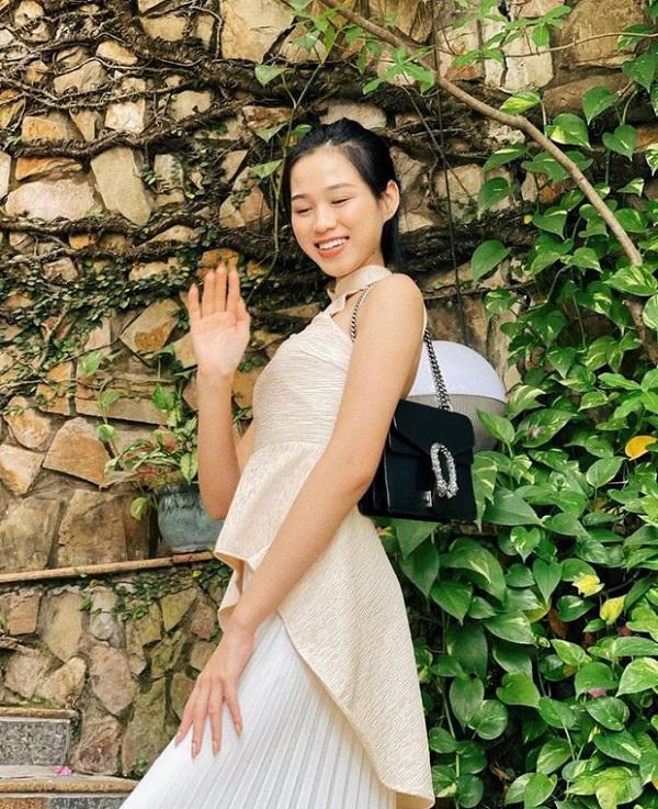 """Lần đầu xách hàng hiệu xuống phố, Hoa hậu Đỗ Thị Hà """"dìm"""" chiếc túi Gucci không thương tiếc - Ảnh 1"""