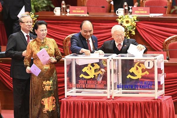 Các đại biểu bỏ phiếu bầu Ban Chấp hành Trung ương khóa XIII - Ảnh 1