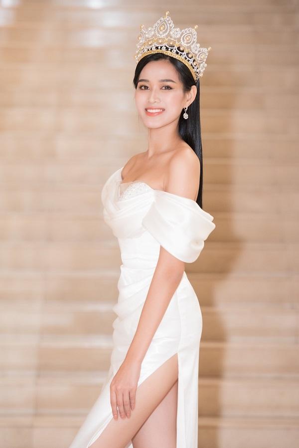 Hoa hậu Đỗ Thị Hà xử lý thông minh trước tình huống khó xử với Hứa Vĩ Văn trên thảm đỏ - Ảnh 1