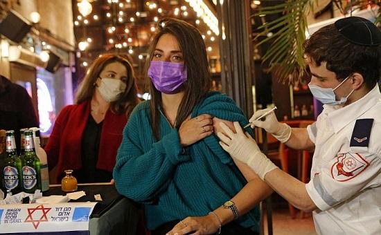 Một nửa dân số được tiêm vaccine COVID-19, Israel tự tin mở cửa trở lại - Ảnh 1
