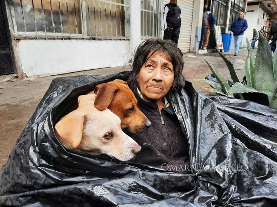 Bà lão 65 tuổi sống trong túi rác suốt 8 năm, lý do đằng sau khiến ai nấy đều phải rơi lệ - Ảnh 2