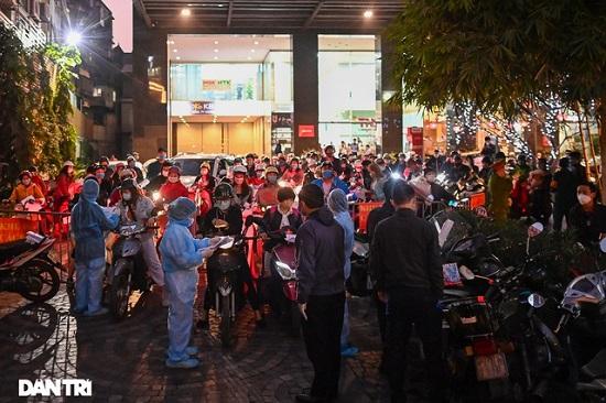 Cận cảnh phong tỏa tòa nhà có ca mắc COVID-19 ở Hà Nội - Ảnh 4