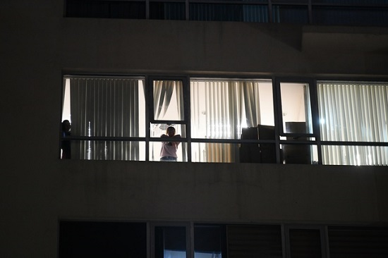 Cận cảnh phong tỏa tòa nhà có ca mắc COVID-19 ở Hà Nội - Ảnh 5