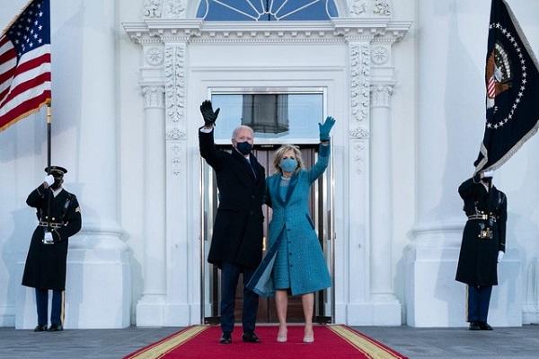 Hành động khác với truyền thống của ông Biden khiến nhân viên Nhà Trắng xúc động - Ảnh 1