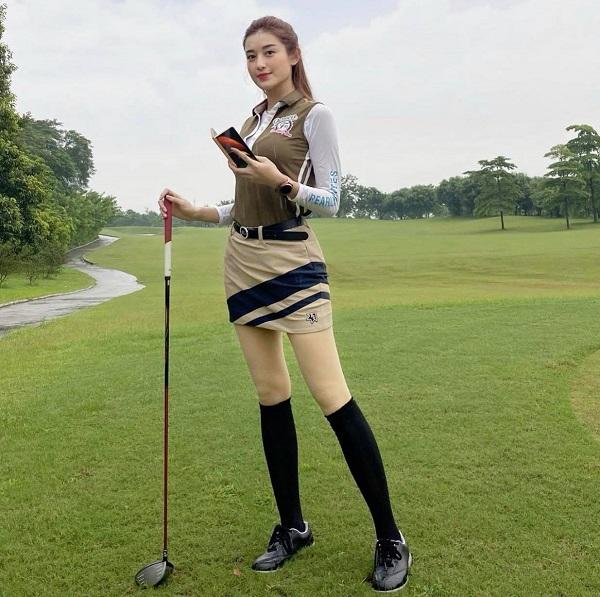 Á hậu Huyền My lại biến sân golf thành sàn catwalk với trang phục lịch lãm, khoe chân dài hút mắt - Ảnh 6