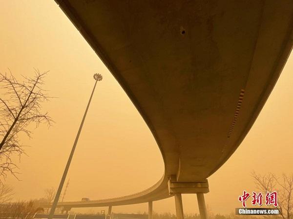 """Chùm ảnh: Trận bão cát lớn nhất thập kỷ """"tấn công"""" Trung Quốc - Ảnh 1"""