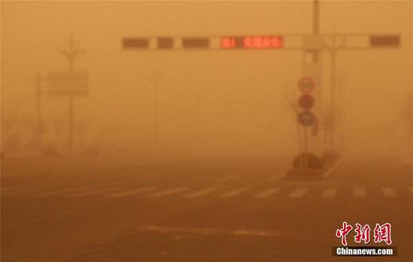 """Chùm ảnh: Trận bão cát lớn nhất thập kỷ """"tấn công"""" Trung Quốc - Ảnh 8"""