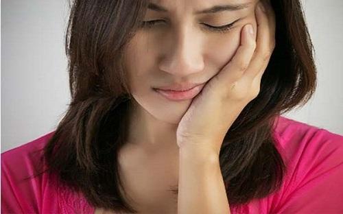 Người phụ nữ 30 tuổi cả hàm còn đúng 2 chiếc răng chỉ vì món khoái khẩu nhiều người thích - Ảnh 1