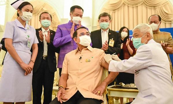 Thủ tướng Thái Lan tiêm vaccine AstraZeneca bất chấp hoài nghi về biến chứng đông máu sau tiêm - Ảnh 1