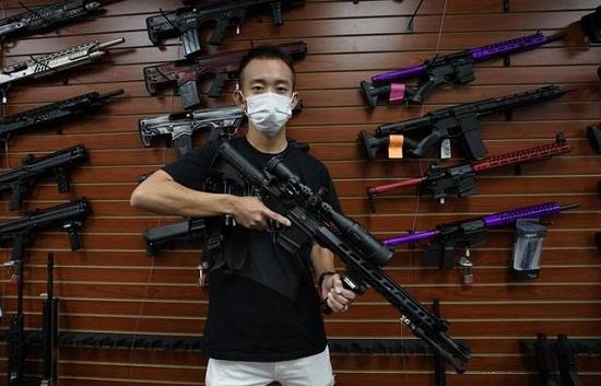 Kỳ thị và bạo lực gia tăng, người Mỹ gốc Á đổ xô đi mua súng tự vệ - Ảnh 1