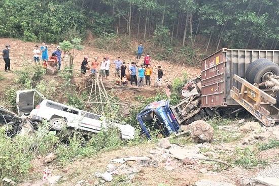 Quảng Trị: Container đổ đèo mất lái, đâm liên hoàn nhiều phương tiện xuống vực - Ảnh 1