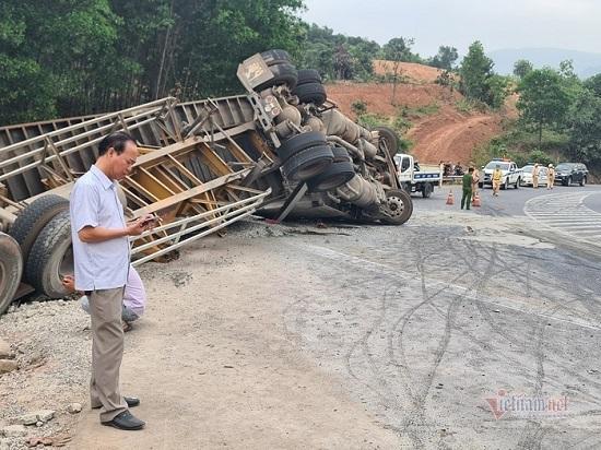 Quảng Trị: Container đổ đèo mất lái, đâm liên hoàn nhiều phương tiện xuống vực - Ảnh 2