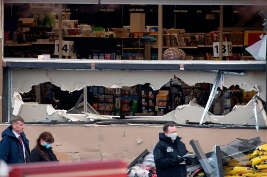 Mỹ: Xả súng kinh hoàng ngay trước siêu thị, 10 người chết - Ảnh 1