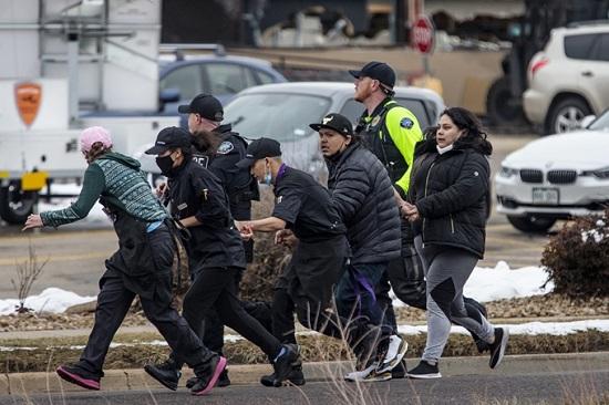 Mỹ: Xả súng kinh hoàng ngay trước siêu thị, 10 người chết - Ảnh 2