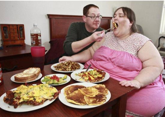 Chồng ủng hộ vợ tăng cân bạt mạng để trở thành người béo nhất thế giới - Ảnh 1