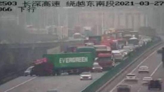Trung Quốc: Xe container gặp nạn trên đường cao tốc y hệt siêu tàu chở hàng mắc kẹt ở kênh đào Suez - Ảnh 1