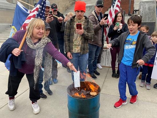 Người Mỹ đốt khẩu trang biểu tình phản đối biện pháp chống dịch - Ảnh 1