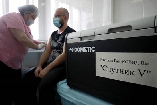Quan chức EU bị yêu cầu xin lỗi vì phát biểu tiêu cực về vaccine COVID-19 của Nga - Ảnh 1