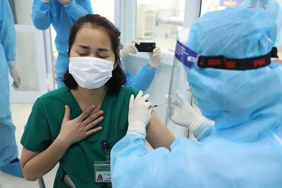 Tình hình sức khỏe các nhân viên y tế ra sao sau 1 ngày tiêm vaccine COVID-19? - Ảnh 1