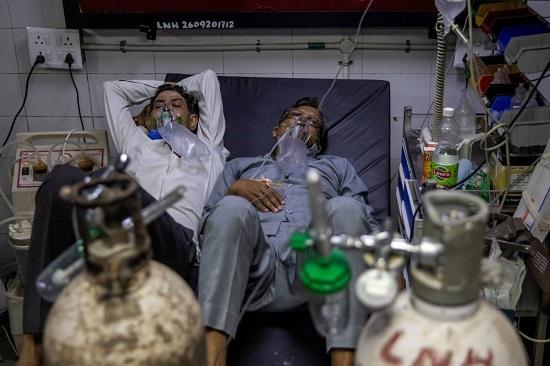 Ấn Độ: Dịch COVID-19 lại lập kỷ lục buồn, nguồn lực y tế cực hạn, bác sĩ bị tấn công bằng dao - Ảnh 2