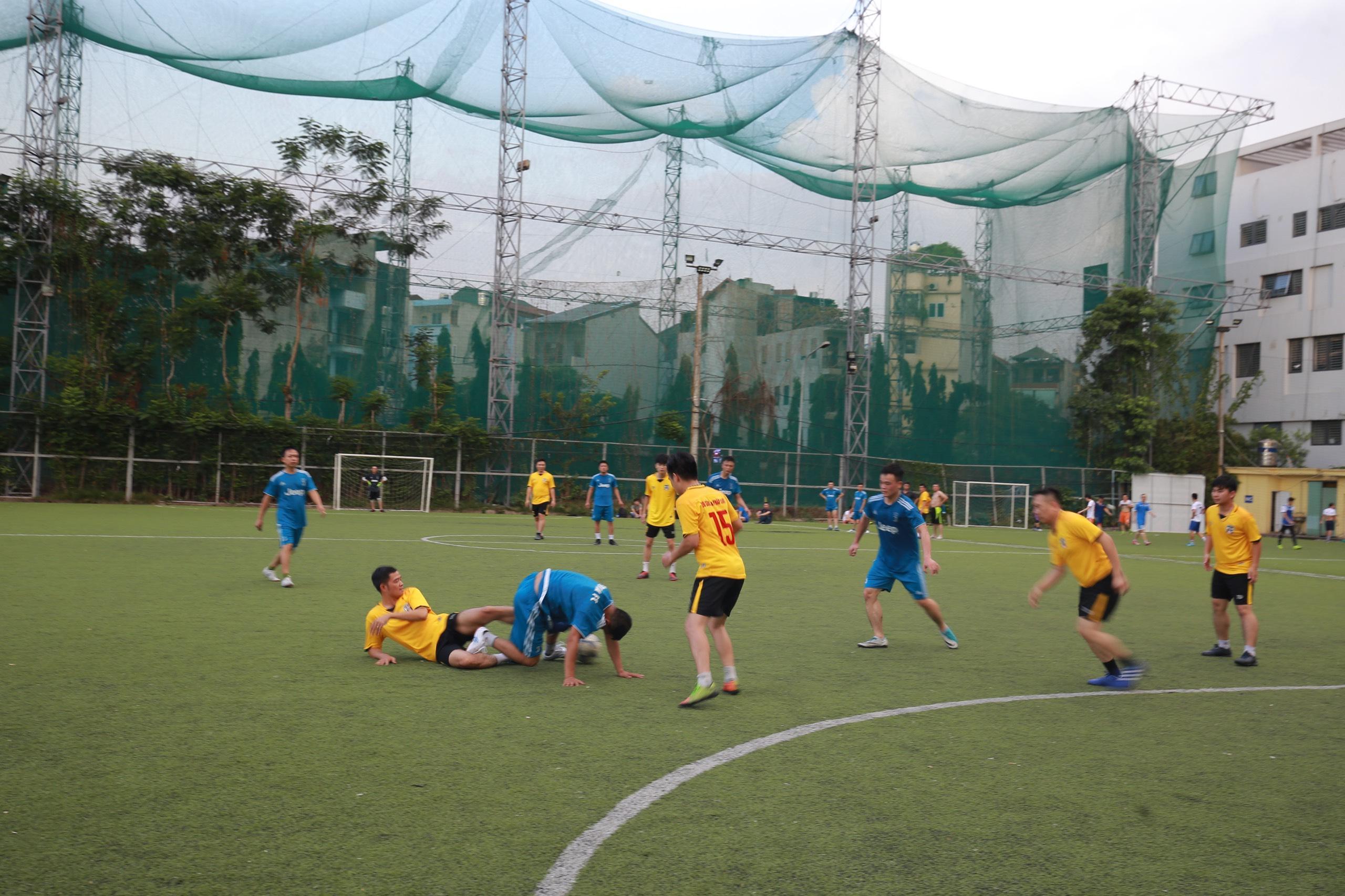 Trận giao hữu bóng đá giữa FC Đời sống & Pháp luật và CLB công an phường Yên Hòa - Ảnh 5