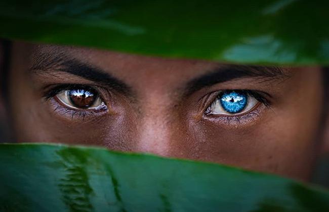 Kỳ lạ tộc người hiếm hoi sở hữu màu mắt xanh như biển cả - Ảnh 1