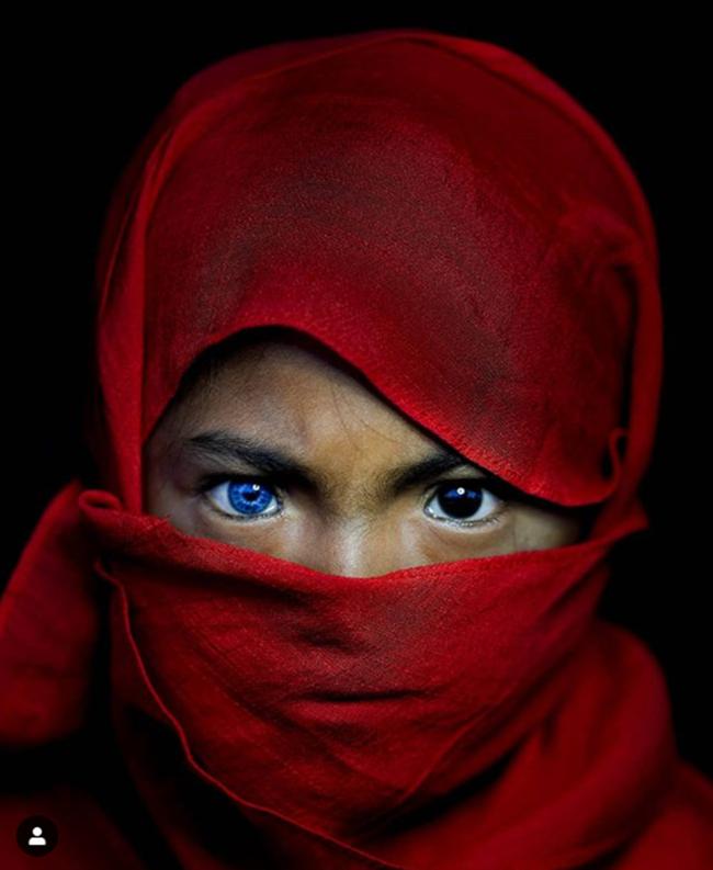 Kỳ lạ tộc người hiếm hoi sở hữu màu mắt xanh như biển cả - Ảnh 8