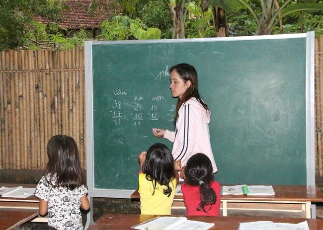 Lớp học miễn phí của  đôi vợ chồng nghèo trăn trở ước mơ bảng đen phấn trắng - Ảnh 2