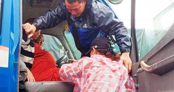 Bộ đội giúp sản phụ chuyển dạ vượt 20km nước lũ đến bệnh viện sinh con - Ảnh 1