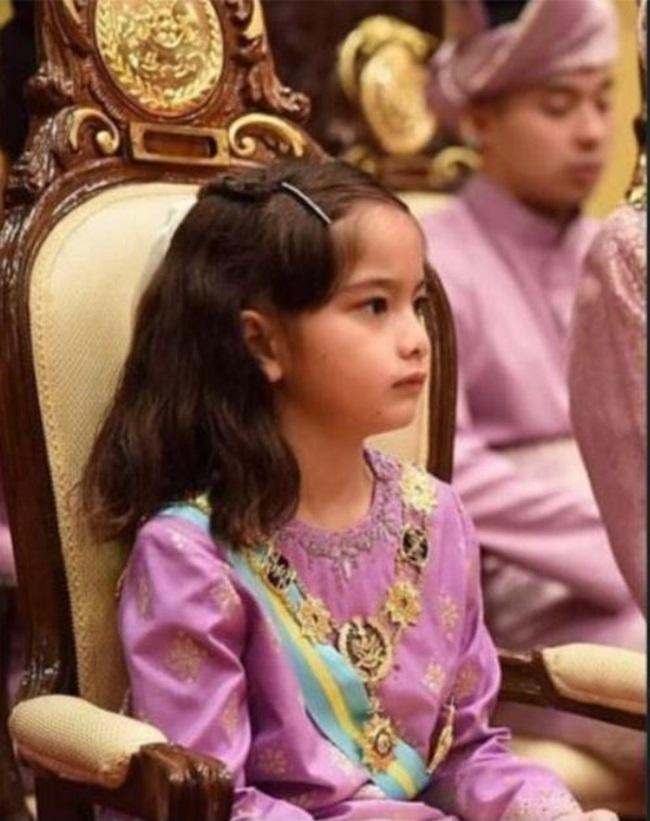 Tiểu công chúa Malaysia sinh ra đã có hàng nghìn tỷ, càng lớn càng xinh đẹp - Ảnh 5